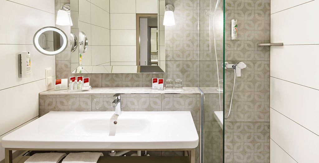 Mit toll ausgestattetem Badezimmer