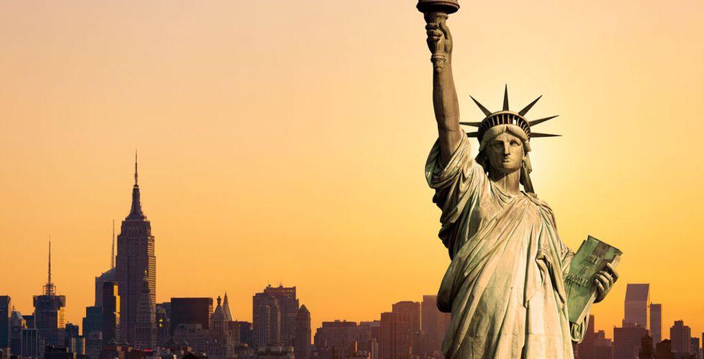 Oder besuchen Sie Ellis Island, wo Sie New Yorks inoffizielles Maskottchen sehen: die Freiheitsstatue