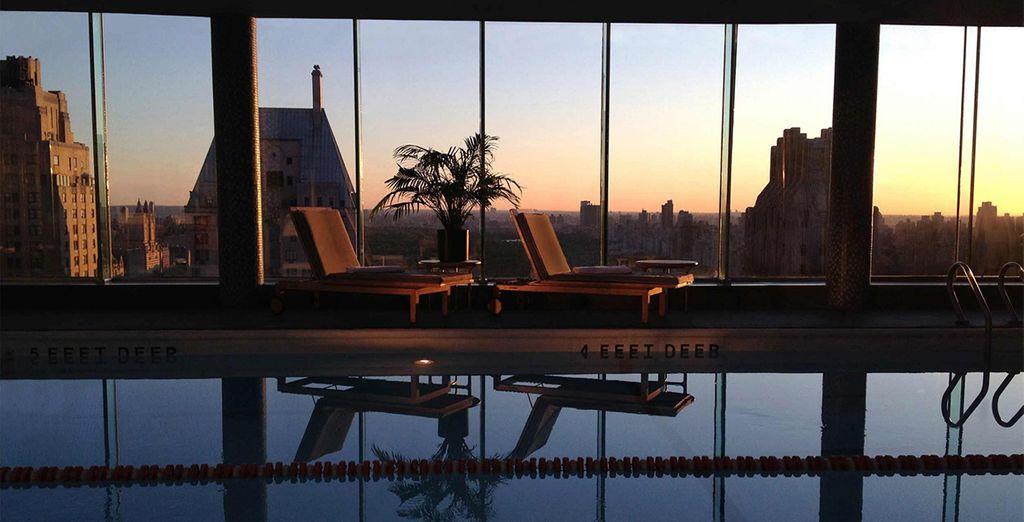 Bei Sonnenuntergang schwimmen Sie im Pool auf dem Dach