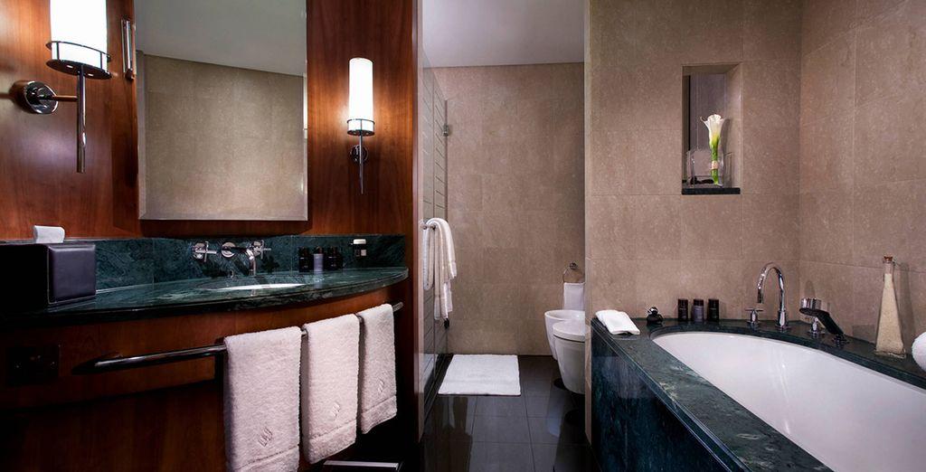 Mit luxuriösem Badezimmer