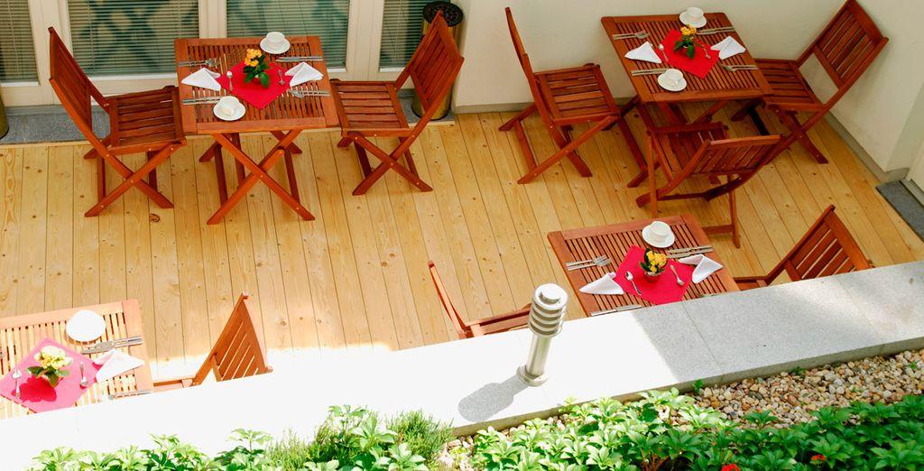 Frühstücken Sie auf der Terrasse