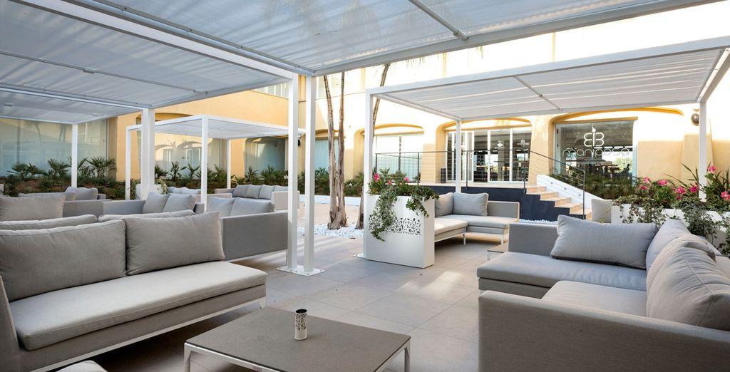 Entspannen Sie auf der Terrasse bei einem leckeren Getränk