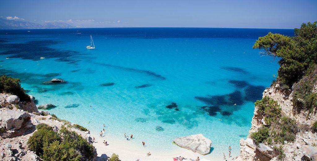 Mieten Sie ein Auto, damit Sie auch die Insel Kakophonie mit ihren versteckten Buchten erkunden können