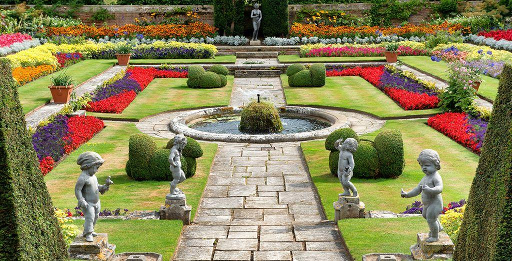 Der wunderschöne Garten ist während des englischen Frühlings in voller Blütezeit