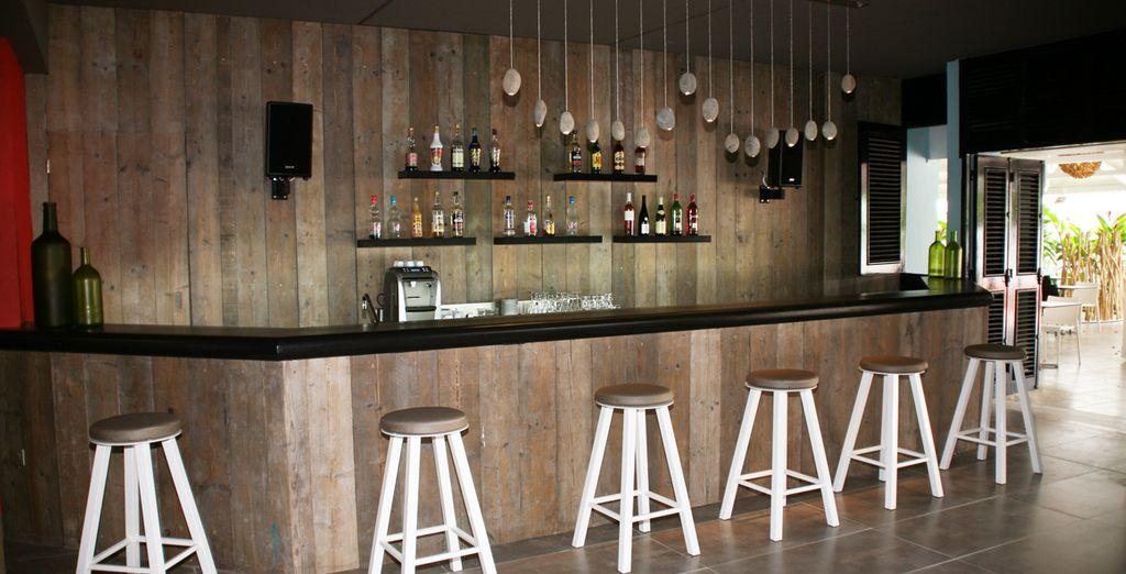 Genießen Sie einen Cocktail an der Bar