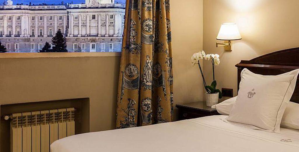 Sie übernachten in einem komfortablen Superior Zimmer mit Blick auf den Königspalast