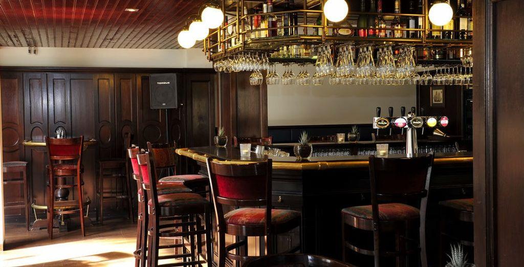 Lassen Sie den Abend in der Bar ausklingen