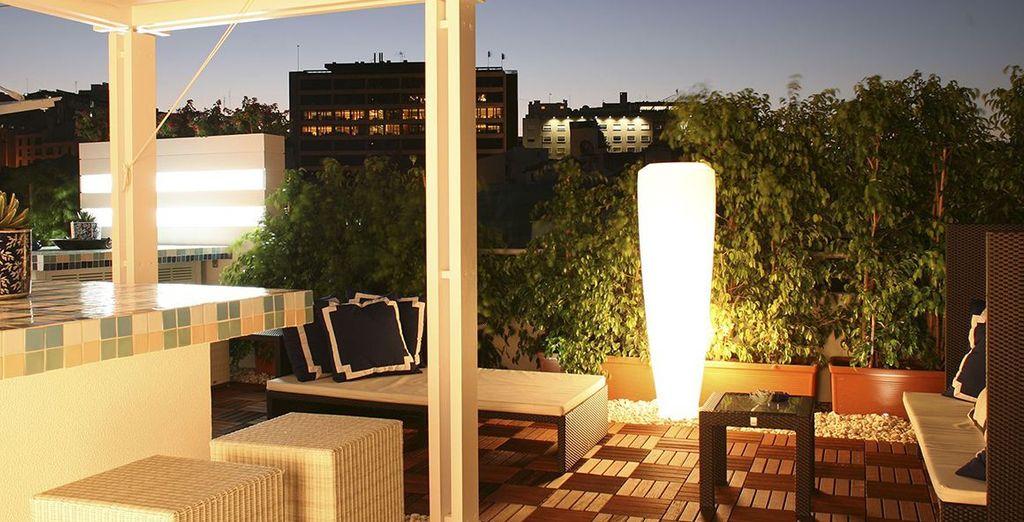 Die warme Atmosphäre von Lissabon von der Dachterrasse aus geniessen