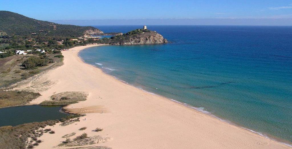 Der wunderschöne Strand von Chia, mit seinem alten Turm