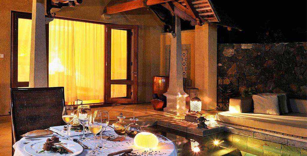Am Abend nutzen Sie den Butlerservice für ein romantisches Abendessen in Ihrer Villa