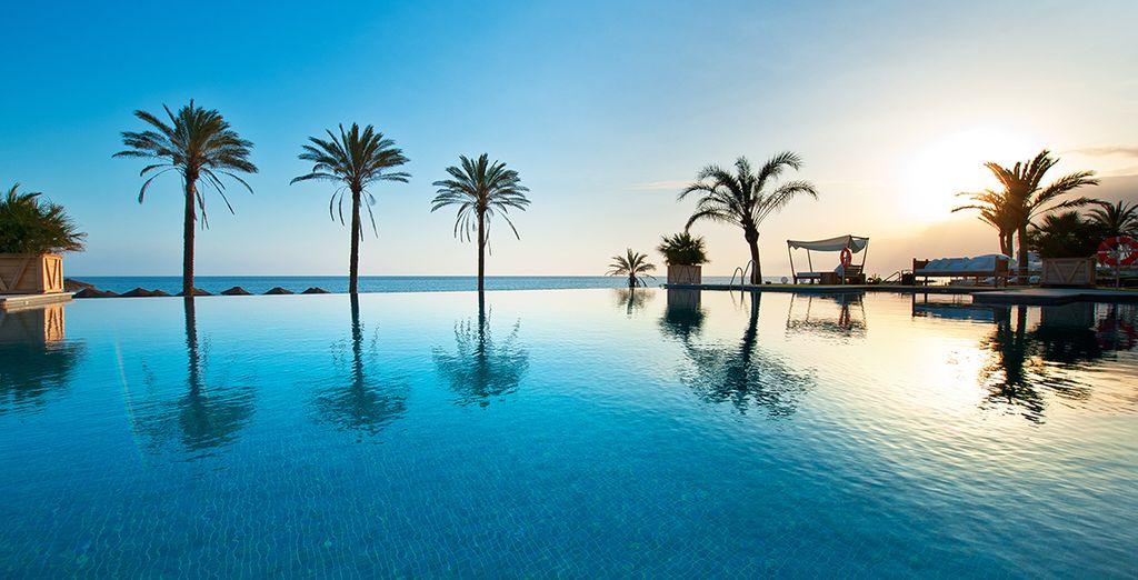 An einem der schönsten Strände von Marbella liegt...