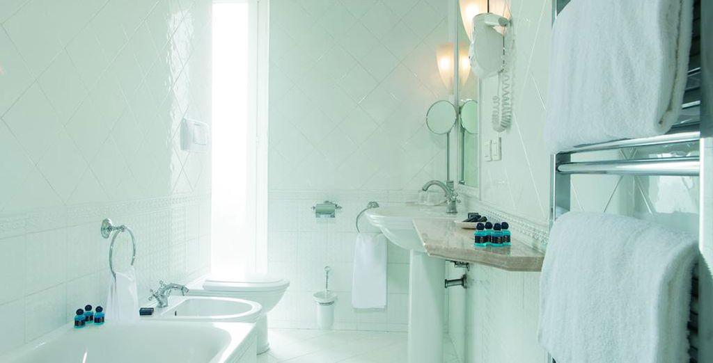 Mit einem hellen und modernen Badezimmer