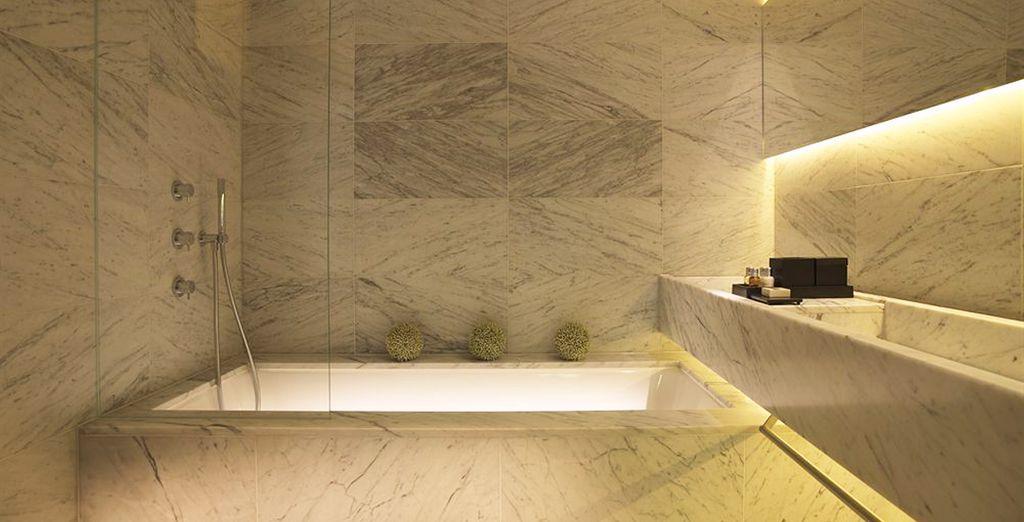 Ausgestattet mit einem Marmor Badezimmer