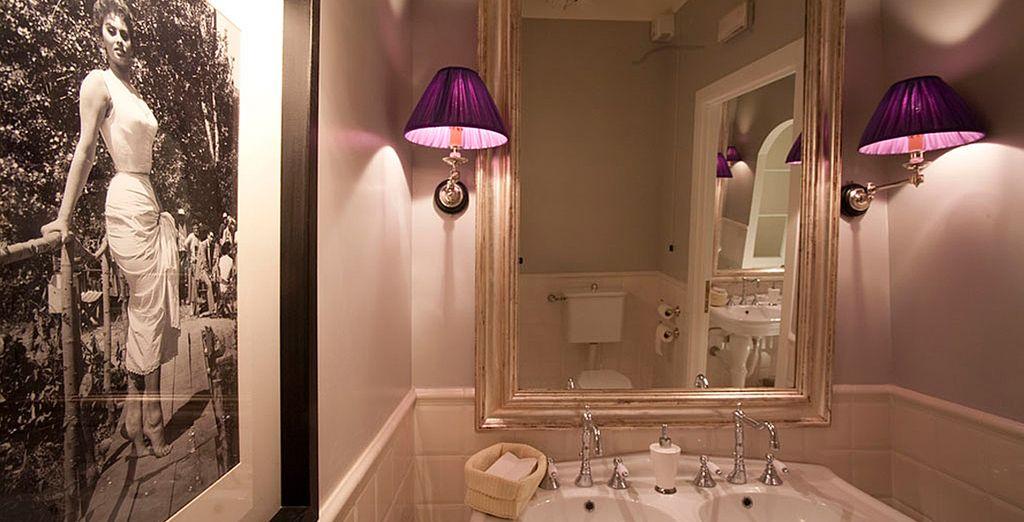 Es verfügt über ein modernes, geräumiges Badezimmer
