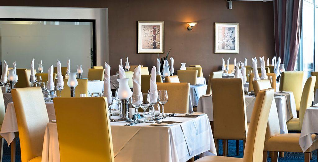 Essen Sie am Abend köstliche Speisen im Hotelrestaurant und genießen Sie einen Rabatt von 10%