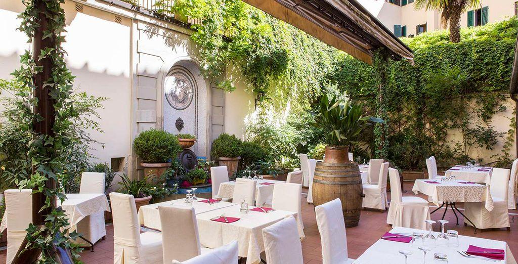 Genießen Sie exquisite italienische Snacks auf der Terrasse