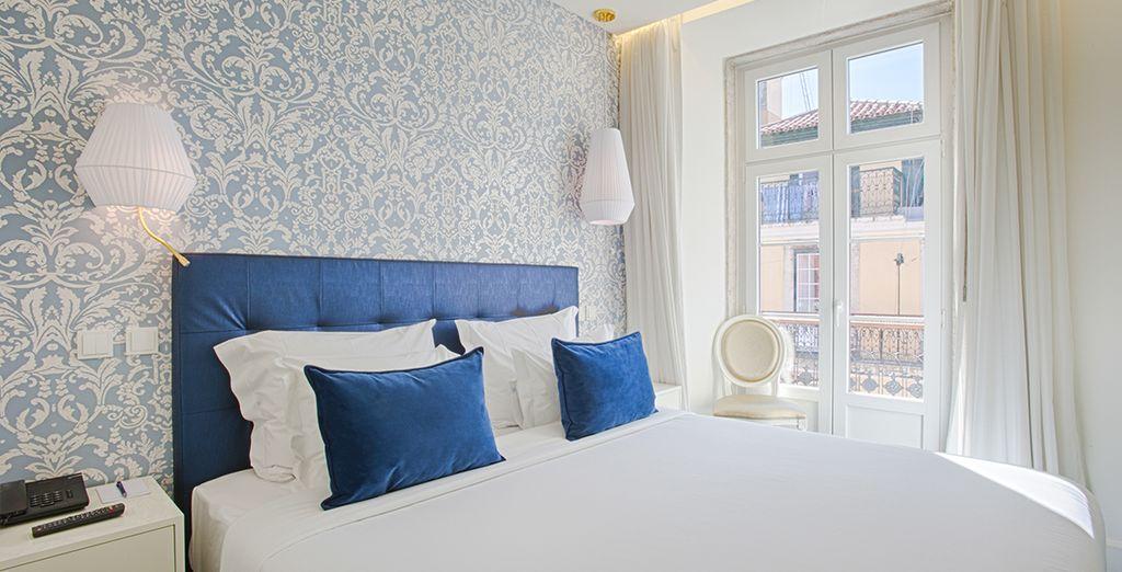 Ein bequemes Zimmer mit Balkon steht für Sie bereit