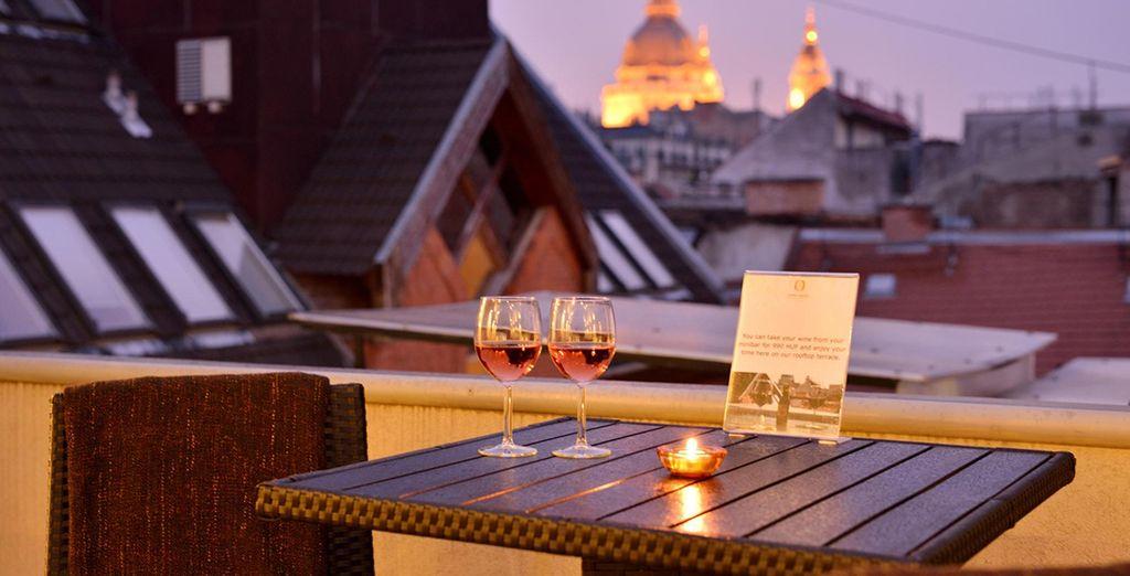 Genießen Sie ein Glas Wein auf der Dachterrasse des Hotels