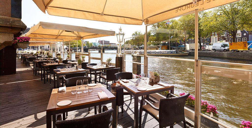 Genießen Sie niederländische Gerichte auf der Terrasse