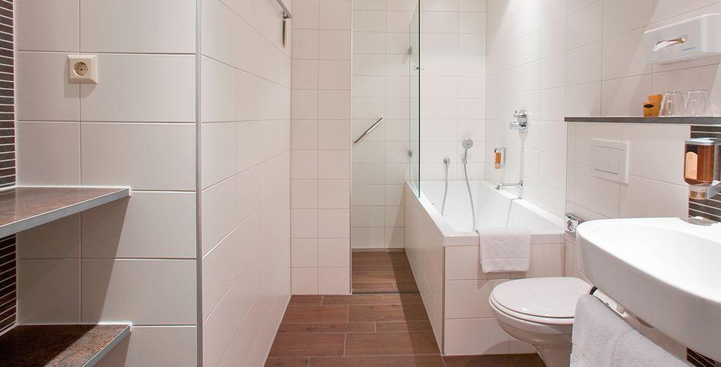 Das Badezimmer ist modern