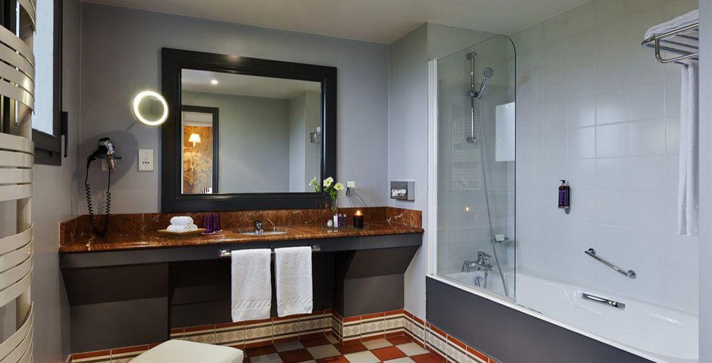Das Badezimmer ist großzügig gestaltet