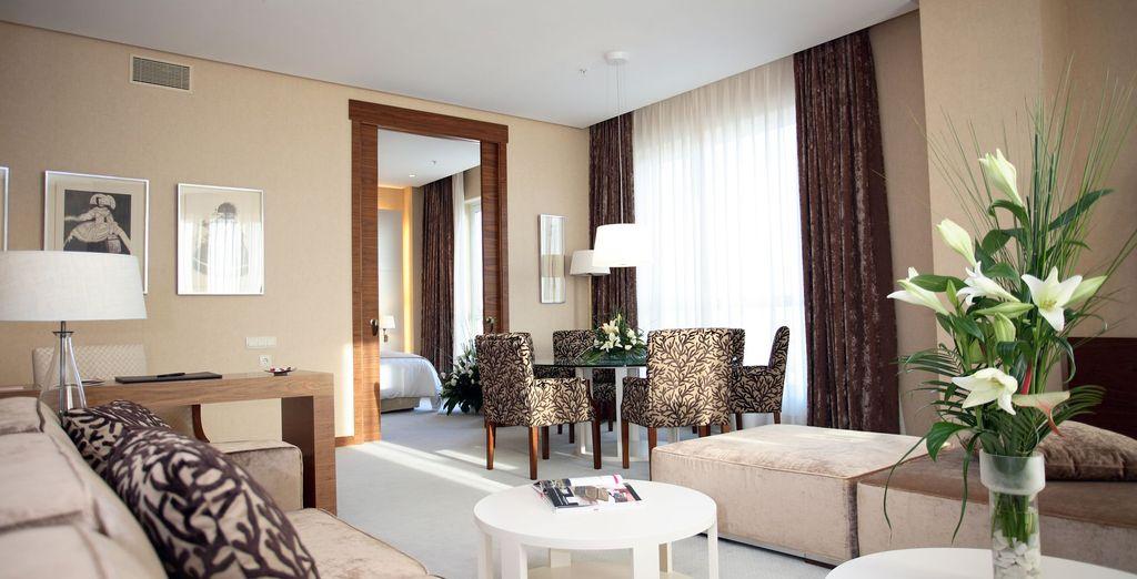 Que dispone una sala de estar independiente muy agradable y luminosa