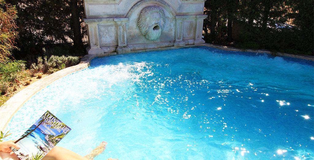 Relajarse como se merece en la piscina con hidromasaje