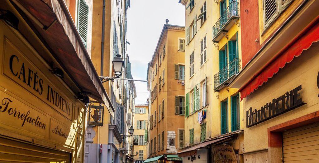 Pasea por el casco histórico de Niza