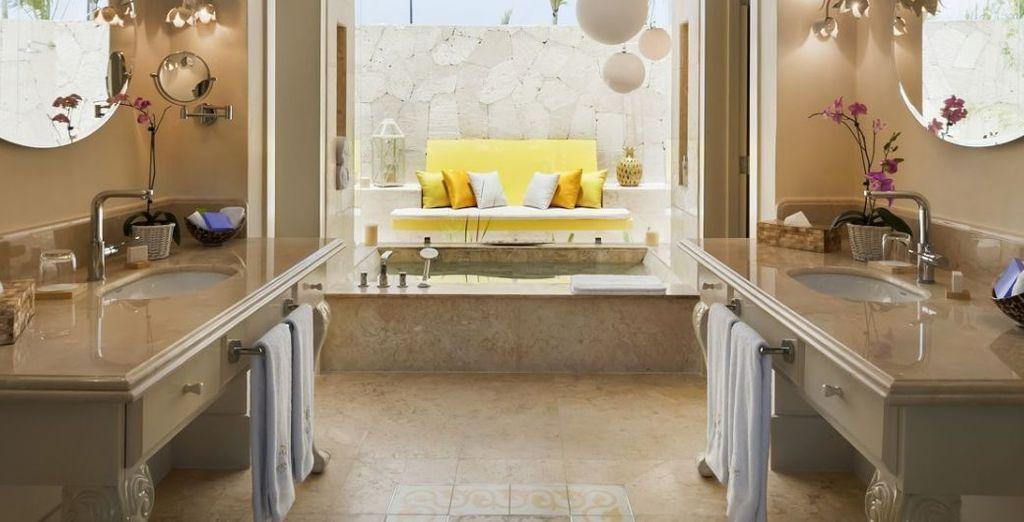 Disfruta de tus vacaciones en familia alojándote en una Suite de lujo familiar con 2 dormitorios y piscina