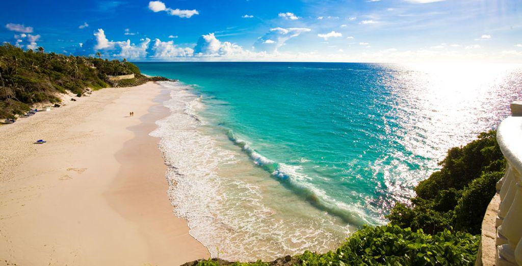 Pasea por la playa de arena blanca