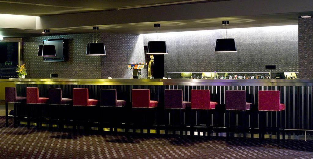 Relájese tomando una copa en el bar del casino