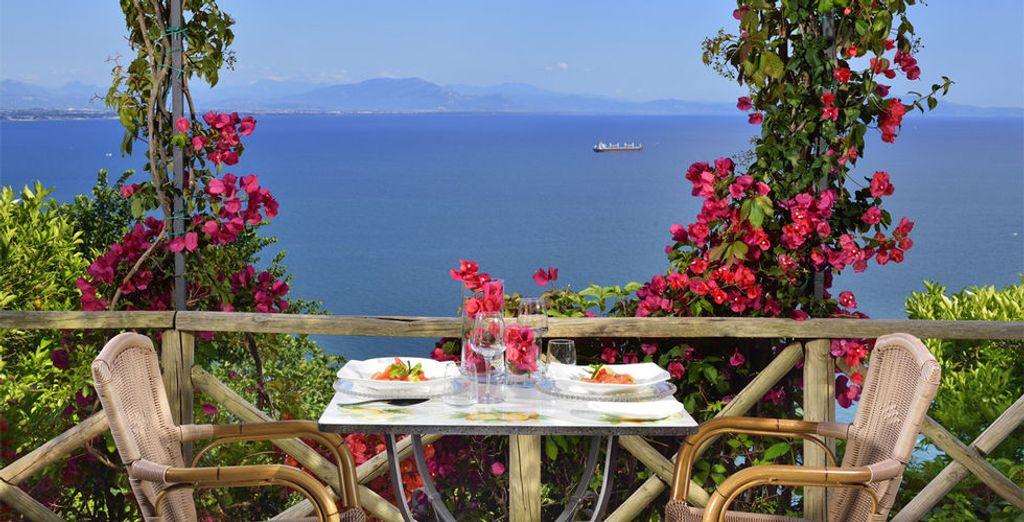 ...Disfruta de un almuerzo en la terraza con vistas al mar Mediterráneo