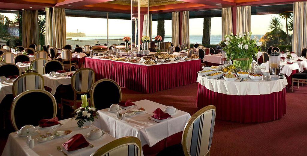 Saboree platos regionales e internacionales en su elegante restaurante