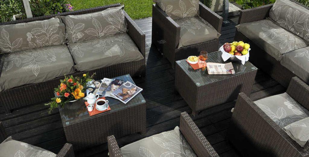 Toma un aperitivo en su terraza