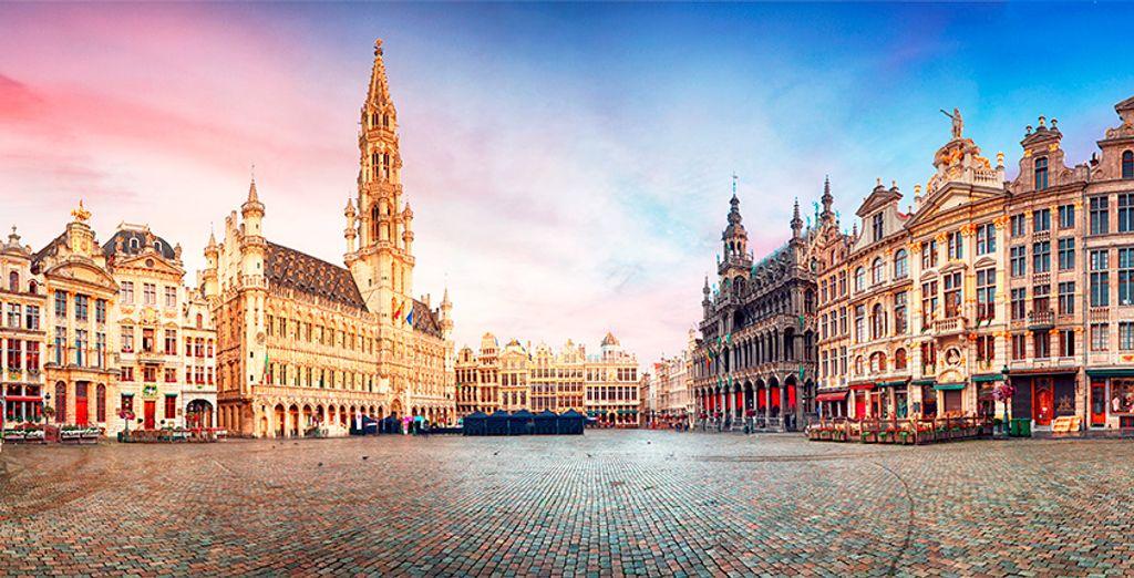 Acércate a la espectacular Grand Place de Bruselas...