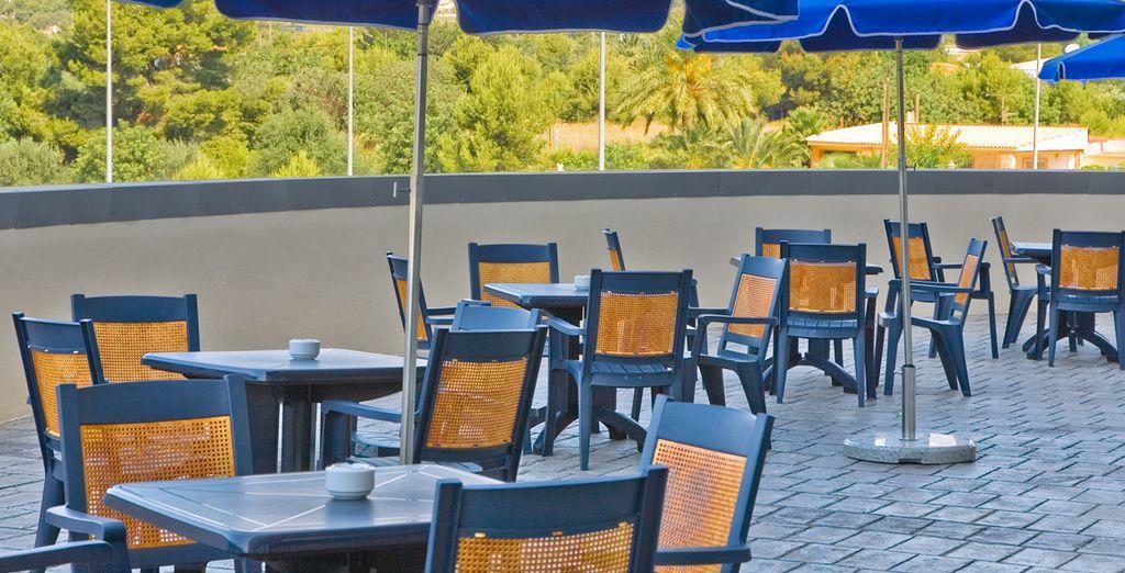 Tómese un aperitivo en la terraza