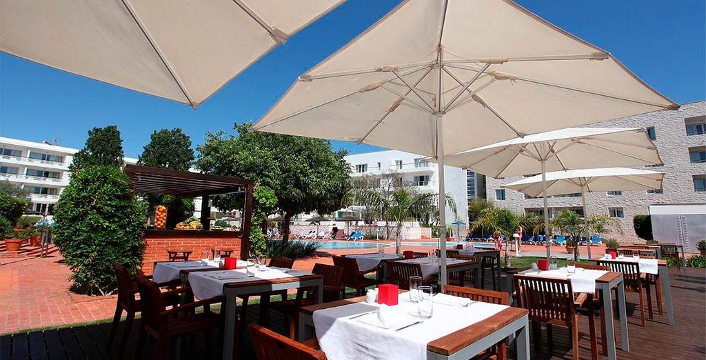 Disfruta del buen clima en la terraza del restaurante