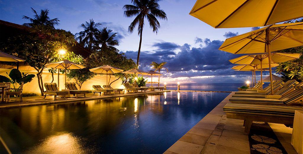 Empiece el viaje visitando Lombok con estancia en El Puri Mas Boutique. El hotel posee una piscina infinita que le encantará.
