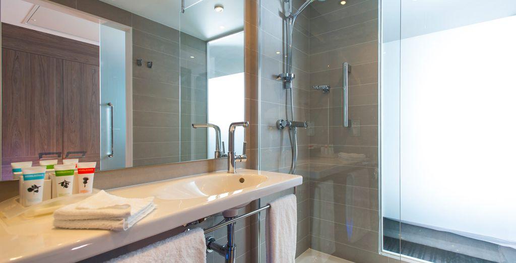 Con baño privado moderno y artículos de aseo