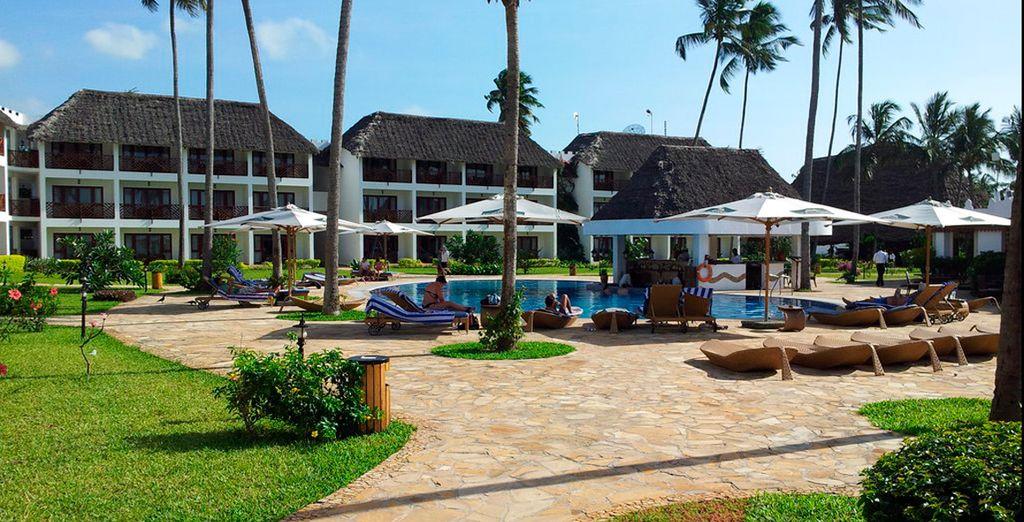 Frondosos jardines tropicales con piscina al aire libre
