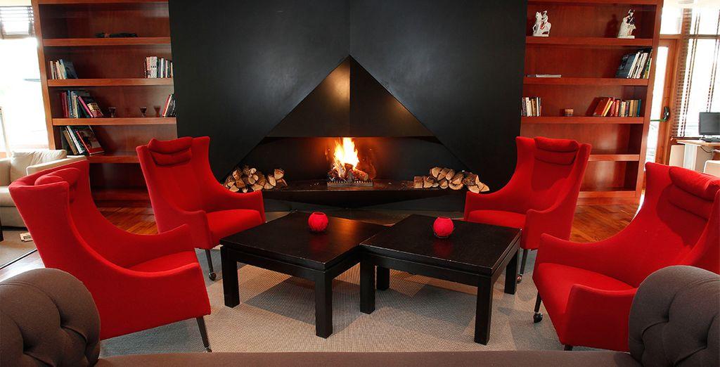 Un amplio salón con una gran chimenea