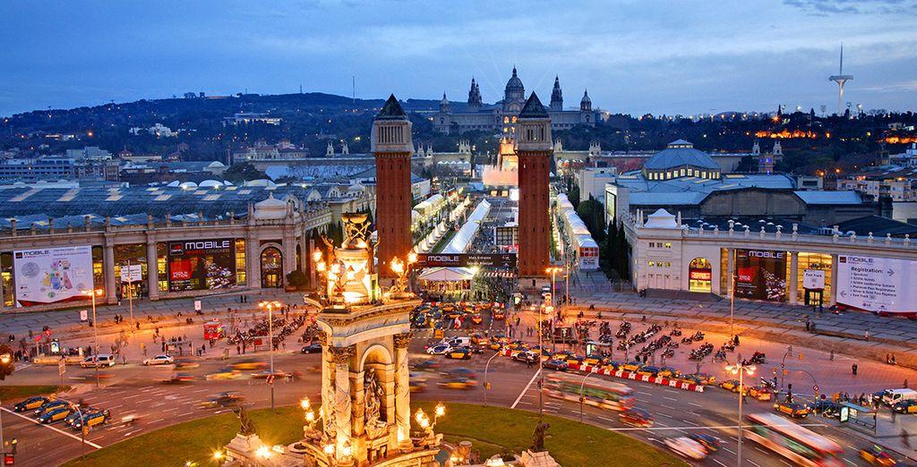 Plaza España, donde podra visitar el Mnac (Museo Nacional de Arte de Cataluña) o comtemplar los espectáculos nocturnos en la fuente de Montjuic