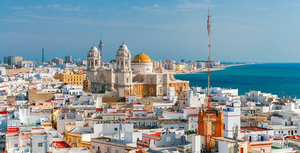 También podrás conocer Cádiz, situada a 40 minutos en coche del hotel