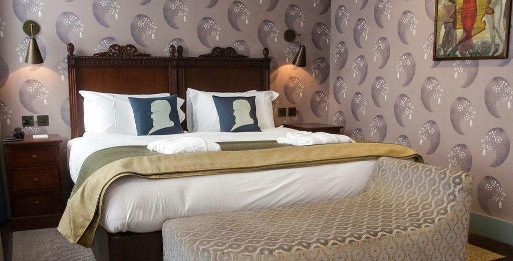 Descanse en su acogedora habitación Bloomsbury con paredes de papel pintado y cómodas sillas