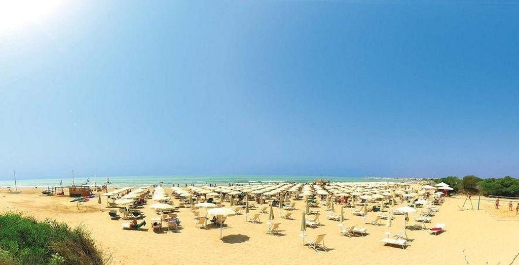 Con playa privada y rodeado de exuberante vegetación mediterránea