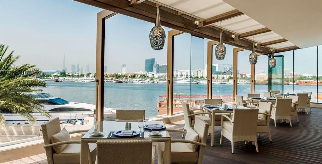 Está situado en la zona privilegiada de Deira, a orillas de la ría de Dubái
