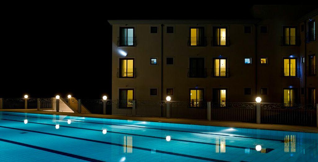 Relájese en la piscina al aire libre con numerosas tumbonas