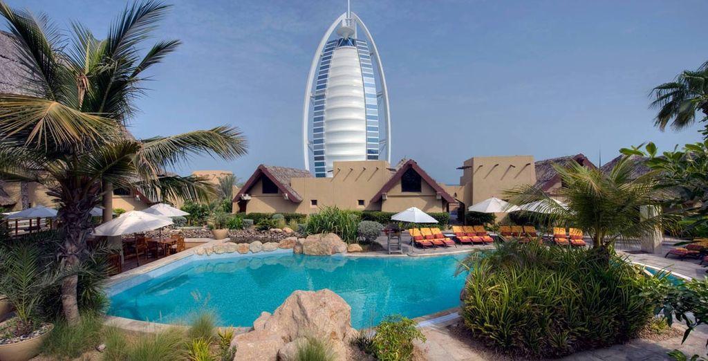 El Jumeirah Hotel se encuentra a 10 minutos del centro comercial de Emirates