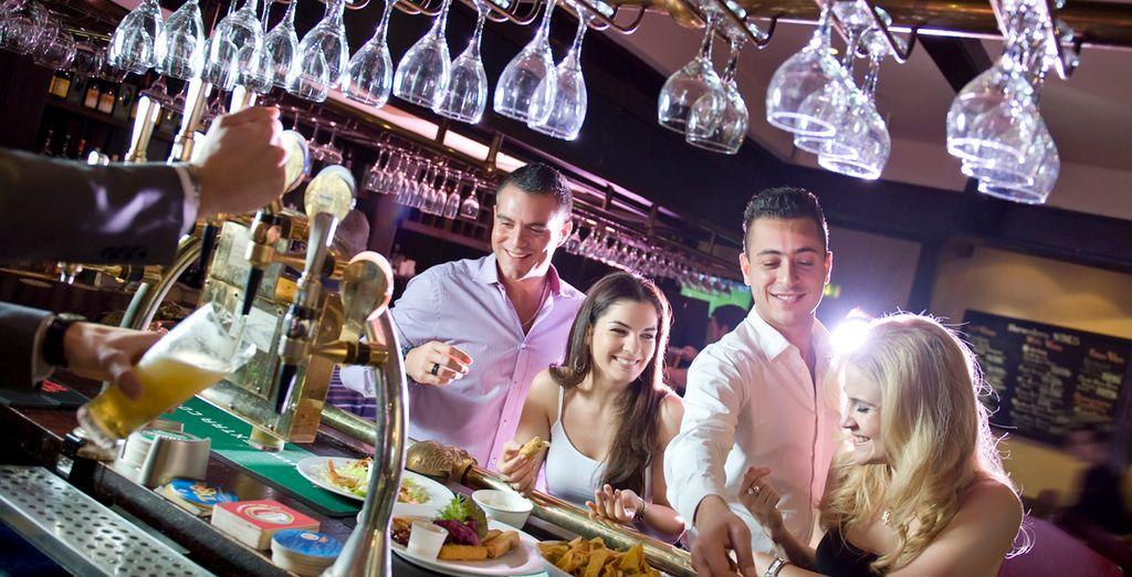 Tome un copa en el bar en buena compañía