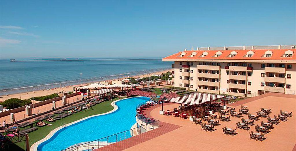 Disfrute de la piscina exterior y de la terraza con vistas panorámicas al mar.